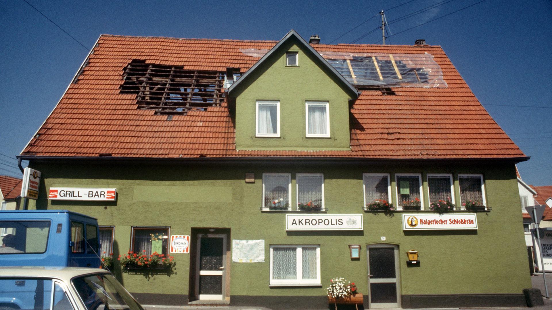 Der Dachstuhl dieses von gastronomischen Betrieben genutzte Haus wurde schwer beschädigt. Das schwerste Erdbeben in Baden-Württemberg seit 35 Jahren richtete Anfang September 1978 in Albstadt im Zollernalbkreis die meisten Schäden an.