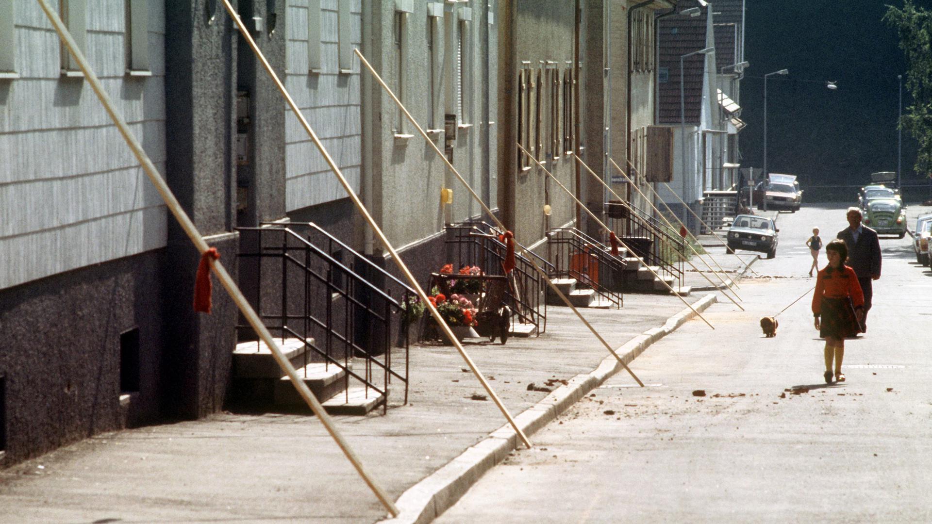 Hausfassaden werden nach dem Beben sicherheitshalber abgestützt. Das schwerste Erdbeben in Baden-Württemberg seit 35 Jahren richtete Anfang September 1978 in Albstadt im Zollernalbkreis die stärksten Schäden an.