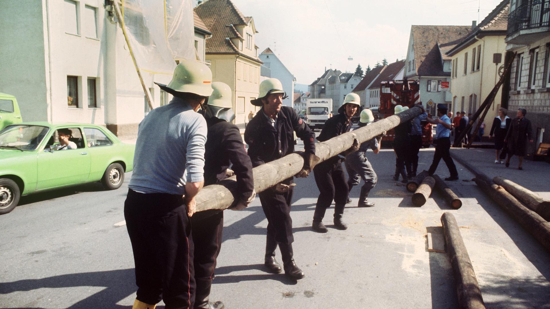 Feuerwehrmänner stellen zum Stützen der Hausfassaden Balken auf. Das schwerste Erdbeben in Baden-Württemberg seit 35 Jahren richtete Anfang September 1978 in Albstadt im Zollernalbkreis die größten Schäden an.