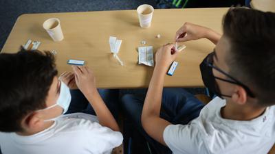 Der Corona-Schnelltest gehört zum Schulalltag. Positive Ergebnisse werden aber an einigen Schulen auffallend oft von einem PCR-Test nicht bestätigt.
