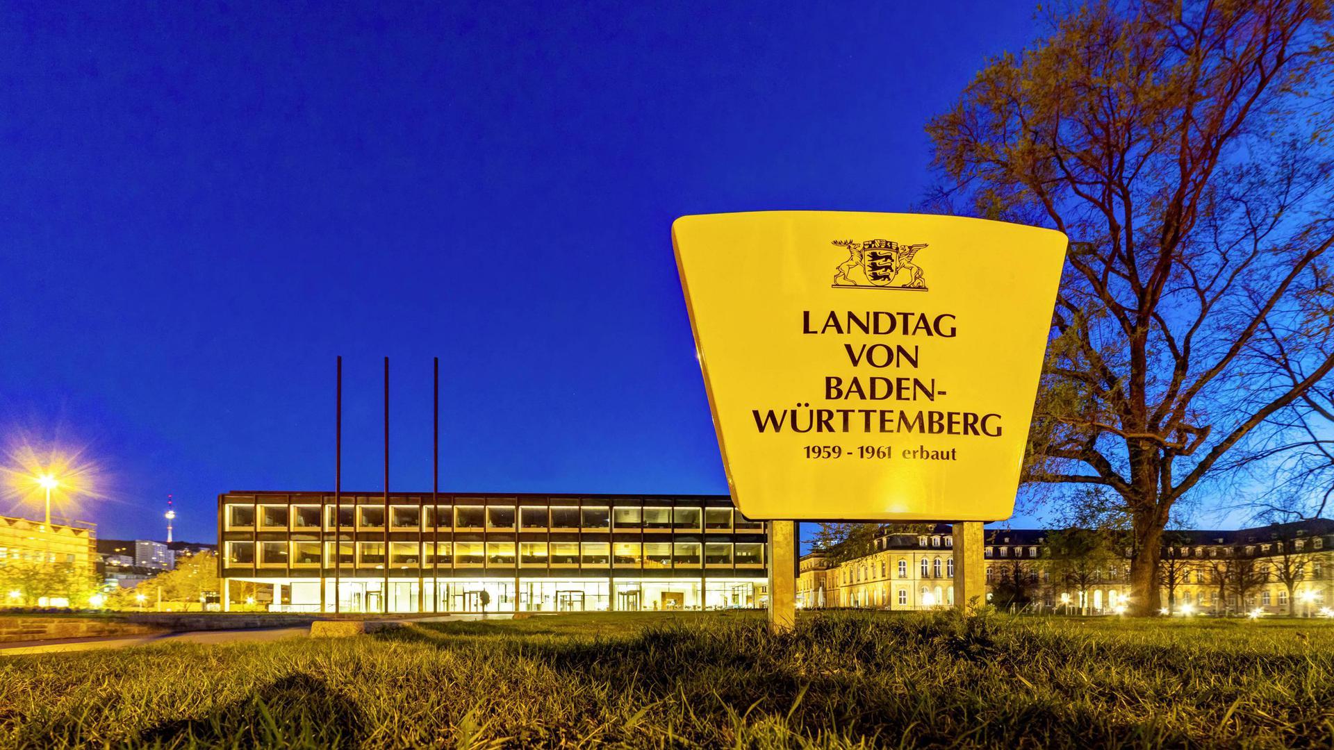 DEU, Deutschland, Stuttgart, 31.03.2019: - Der baden-württembergische Landtag in Stuttgart wurde 1959 bis 19661 von den Architekten Viertel, Linde und Heinle erbaut. Der dreigeschossige Stahlbetonskelettbau befindet sich am Eckensee neben der Stuttgarter Oper. Die Architektur sollte nicht in Konkurrenz zum typischen O p e r n h a u s - K l a s s i z i s m u s des G r o ß e n H a u s e s stehen und wurde deshalb sehr zurückhaltend ausgearbeitet. *** DEU Deutschland Stuttgart 31 03 2019 The state parliament of Baden-Württemberg in Stuttgart was built between 1959 and 19661 by the architects Viertel Linde und Heinle The three-storey reinforced concrete skeleton building is located on Eckensee next to the Stuttgart Opera House The architecture should not be in competition with the typical O p e r n h a s s i c i s s m u s of