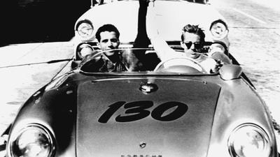 """Zum Themendienst-Bericht """"Auto/Hersteller/KORR/"""" von Heiko Haupt vom 04. November: Berühmtester Besitzer eines Porsche 550 Spyder - der Unfalltod des Schauspielers James Dean (rechts) in seinem «Little Bastard» trug entscheidend zum Mythos des Sportwagens bei. (Archivbild vom 12.02.1996/Die Veröffentlichung ist für dpa/gms-Themendienst-Bezieher honorarfrei.) - NUR S/W !"""