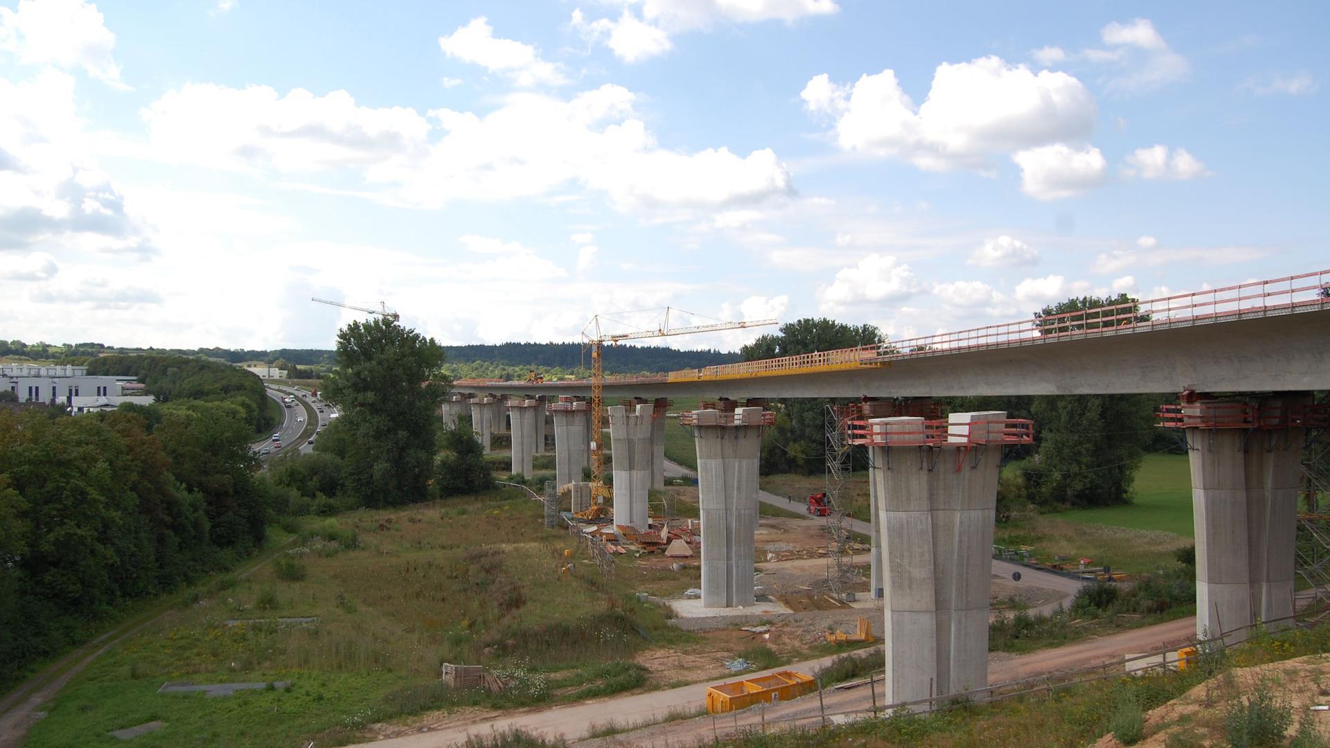 """Bau der Pfinztalbrücke im Zuge der A8: Das Bild von 2011 macht deutlich, wo die neue Autobahntrasse laufen wird, und zeigt links noch die Situation mit dem """"Nöttinger Hang""""."""