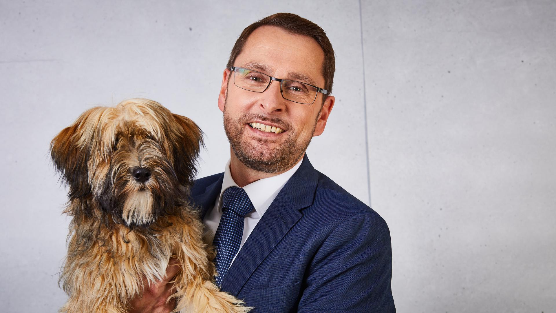 Die MVK Versicherungist aus vielen Gründen eine ungewöhnliche Versicherung. Das Foto zeigt Vorstandschef Jürgen Schellmann mit seiner Hündin.