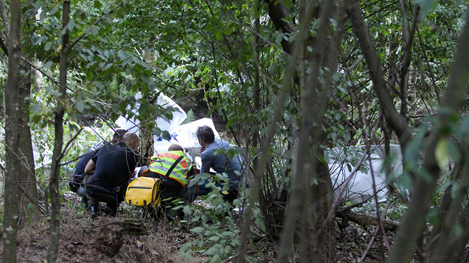 Spurensuche: Experten untersuchen das Wrack des Kleinflugzeugs, das am frühen Sonntagabend abstürzte. Die beiden Insassen kamen bei dem Unglück ums Leben.