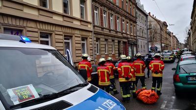 In der Augartenstraße sind neben der Polizei auch zahlreiche Feuerwehrmänner mit Sprungtuch bewaffnet im Einsatz.