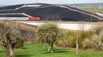 """Quer durch die Mülldeponie: Über die """"Bruchsaler Kurve"""" und die geschlossene Deponie gelangen Züge aus Karlsruhe auf die Schnellbahnstrecke in Richtung Stuttgart."""