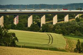 Markenzeichen der Bahnstrecke: Die Talbrücke beim Brettener Stadtteil Bauerbach gehört zu den großen Bauwerken der Schnellbahnstrecke von Mannheim nach Stuttgart.