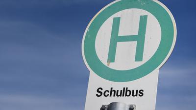 Ein Schild weist auf eine Schulbushaltestelle hin.