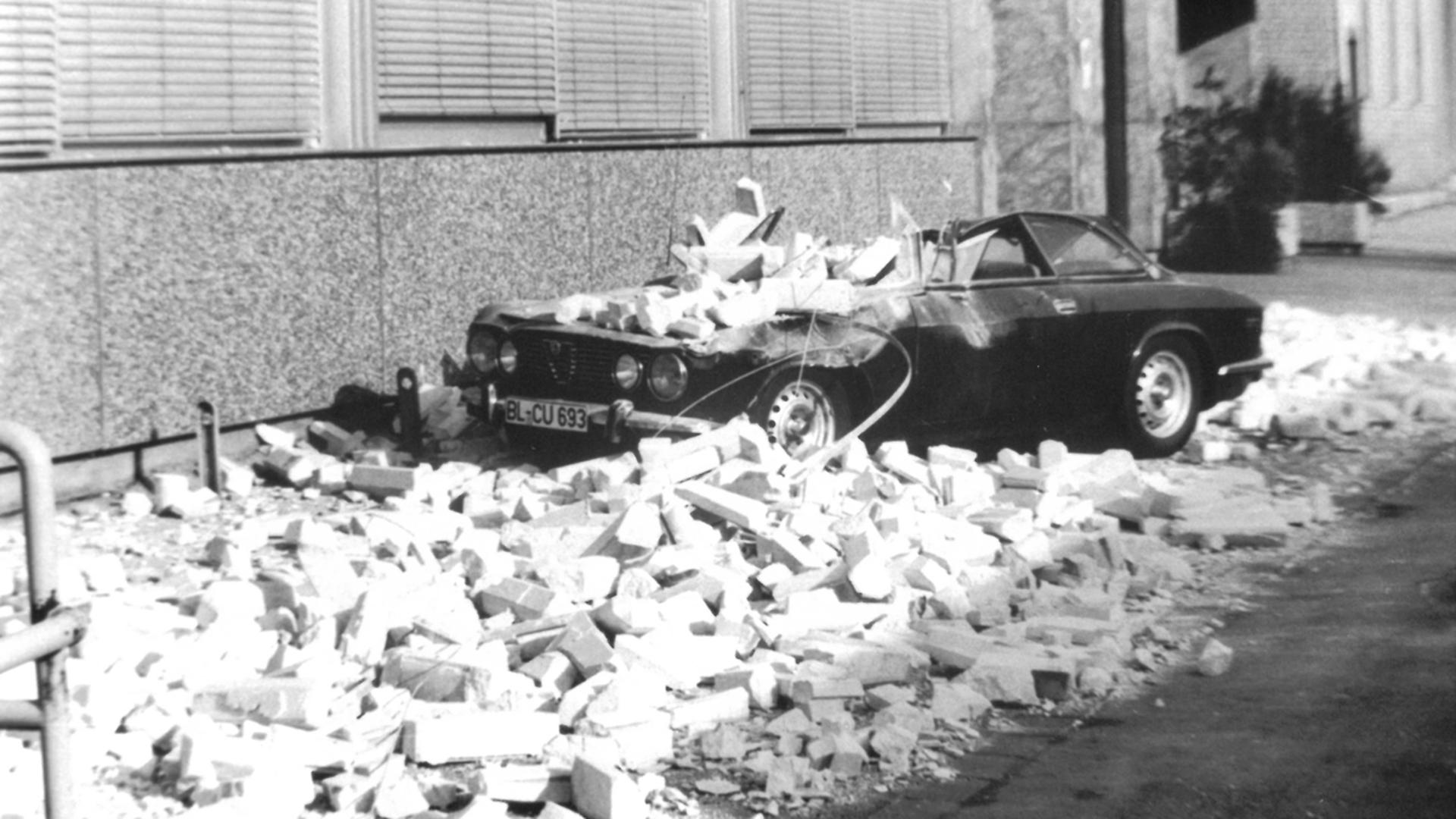 Auto ist unter Schutt begraben