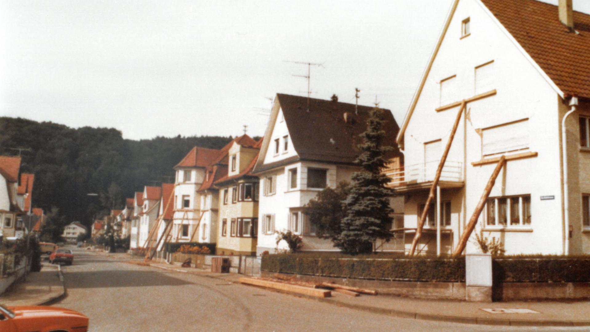 Straße mit abgestützten Häusern