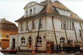 Haus wird von Holzpfeilern gestützt