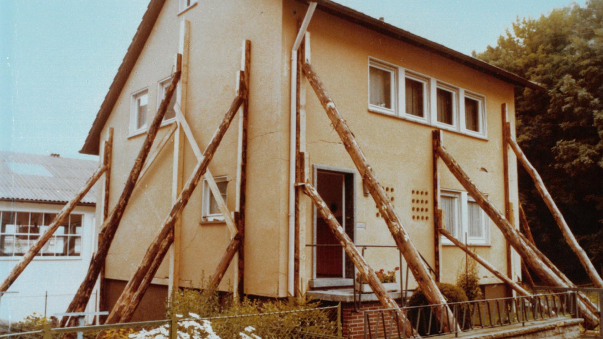 Haus wird von Holzpfleilern gestützt