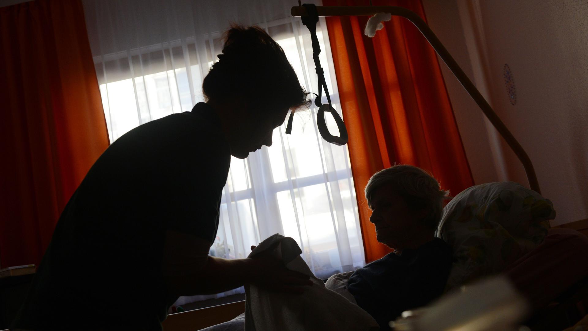 Helfer sind nicht wegzudenken: Die Pflegebranche ist ein wichtiger Baustein der Gesellschaft. Doch niedrige Löhne, Personalmangel und hohe Kosten für Heimbewohner sind Dauerthemen geworden.