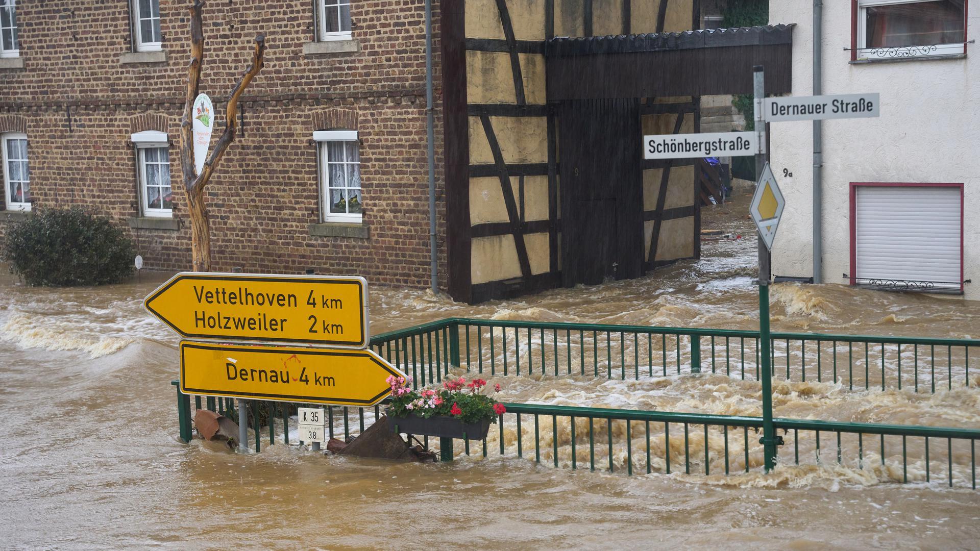 Die Straßen von Esch (Kreis Ahrweiler) haben sich in reißende Ströme verwandelt. Andauernde Regenfälle haben in Rheinland-Pfalz zahlreiche Ortschaften und Keller geflutet.