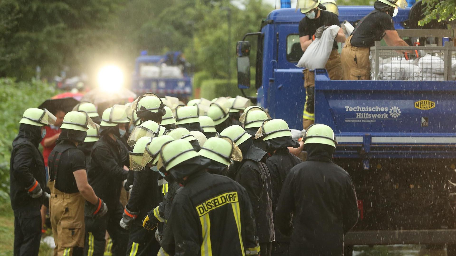 Die Feuerwehr versucht, die Wassermassen mit Sandsäcke zu stoppen.