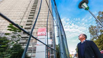 Konzernbetriebsrat Frank Weber blickt mit Wehmut auf die einzige Zentrale der Karlsruher Lebensversicherung.