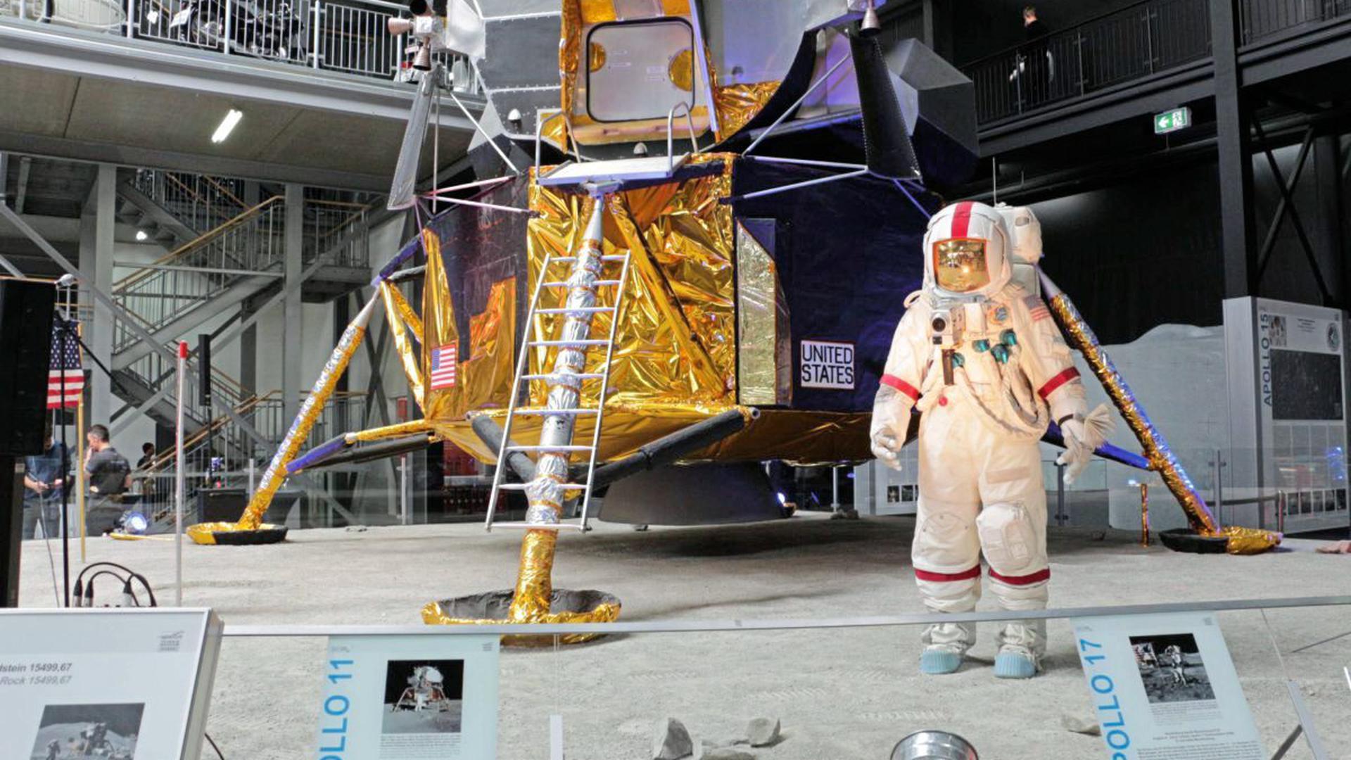 """""""Der Adler ist gelandet"""": In der Raumfahrtausstellung des Technik Museums Speyer ist Mondgestein und ein Nachbau der Mondfähre """"Eagle"""" zu sehen."""