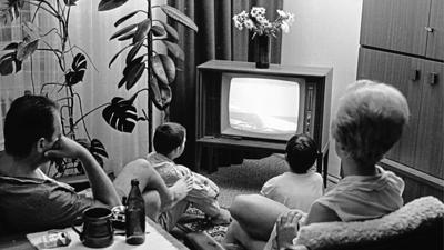 Eine Familie verfolgt 1969 in ihrem Wohnzimmer die Live-Berichterstattung zur ersten Mondlandung.