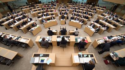 Die Abgeordneten des Landtags von Baden-Württemberg sitzen bei einer Debatte im Plenarsaal.