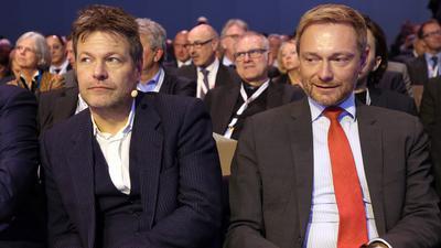 22.11.2018, Berlin: Christian Lindner (FDP, r), Vorsitzender und Robert Habeck (Bündnis90/Die Grünen), Vorsitzender, nehmen am Deutschen Arbeitgebertag 2018 teil. Foto: Wolfgang Kumm/dpa +++ dpa-Bildfunk +++