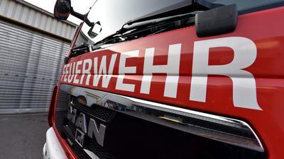 Die Frontscheibe eines Feuerwehrautos zeigt einen Schriftzug (Symbolbild).