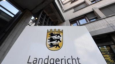 Außenaufnahme des Landgericht Baden-Baden mit einem Hinweisschild Landgericht.