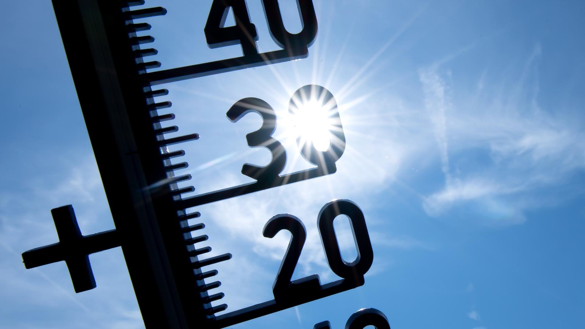 Ein Thermometer zeigt rund 30 Grad an.