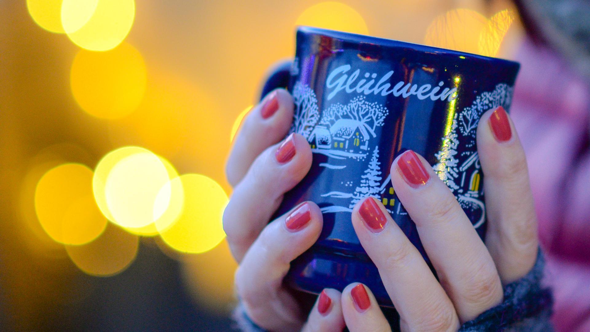 Der Klassiker auf dem Weihnachtsmarkt: Glühwein gehört für viele Menschen zur Vorweihnachtszeit.