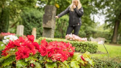 Coronavirus und seine Folgen: Der Verlust eines geliebten Menschen gehört zu den schlimmsten und prägendsten Ereignissen im Leben. Was passiert, wenn festgelegte Rituale der Trauer und des Abschieds plötzlich nicht mehr möglich sind