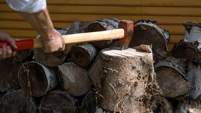 ARCHIV - Zum Themendienst-Bericht vom 2. April 2019:  Der Hackklotz sollte so hoch sein, dass der Stiel der Axt parallel zum Boden verläuft, wenn die Klinge das Holz trifft. Foto: Daniel Karmann/dpa-tmn - Honorarfrei nur für Bezieher des dpa-Themendienstes +++ dpa-Themendienst +++ | Verwendung weltweit