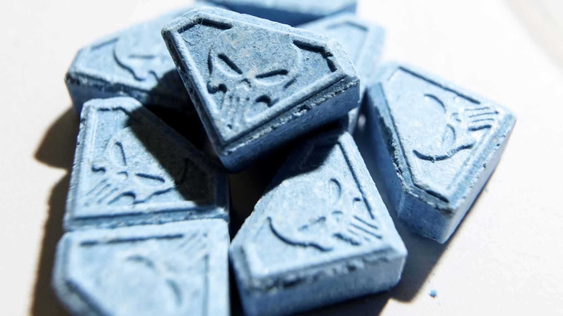Tabletten mit Totenkopf-Symbolen