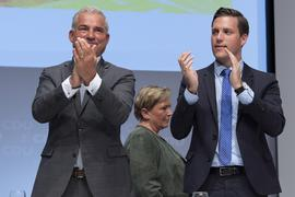 Thomas Strobl (l), Landesvorsitzender der CDU Baden-Württemberg, und Manuel Hagel, Generalsekretär der CDU Baden-Württemberg (r), applaudieren nach der Rede von Baden-Württembergs Kultusministerin Eisenmann auf dem Landesparteitag der CDU Baden-Württemberg. Eisenmann wurde als Spitzenkandidatin für die Landtagswahl 2021 gewählt. +++ dpa-Bildfunk +++