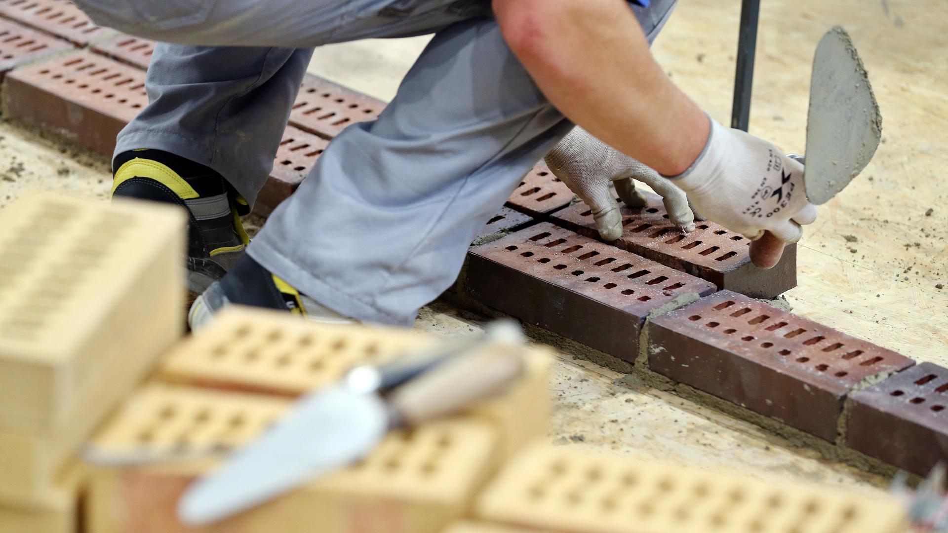 Ein an den «WorldSkills Leipzig 2013» teilnehmender Maurer arbeitet auf dem Messegelände. Die Handwerksbetriebe ächzen unter immer mehr bürokratischen Vorschriften. Das gefährde auf Dauer sogar Betriebe - so stellt es der Zentralverband dar. +++ dpa-Bildfunk +++