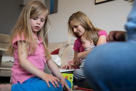 Zum Themendienst-Bericht vom 23. April 2020: Gleichzeitig am Laptop arbeiten und die Kinder betreuen: Viele Eltern sind durch die Gleichzeitigkeit von Homeoffice und Kita-Schließung besonders belastet.