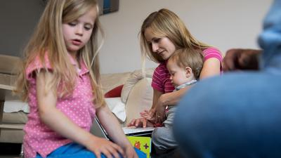 Gleichzeitig am Laptop arbeiten und die Kinder betreuen: Viele Eltern sind durch die Gleichzeitigkeit von Homeoffice und Kita-Schließung besonders belastet.