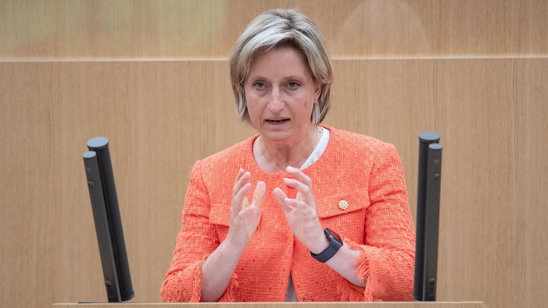 Nicole Hoffmeister-Kraut (CDU), Wirtschaftsministerin von Baden-Württemberg, redet bei einer Plenarsitzung im Landtag von Baden-Württemberg. Auf der Agenda steht auch eine Debatte über das Konjunkturpaket des Bundes. +++ dpa-Bildfunk +++