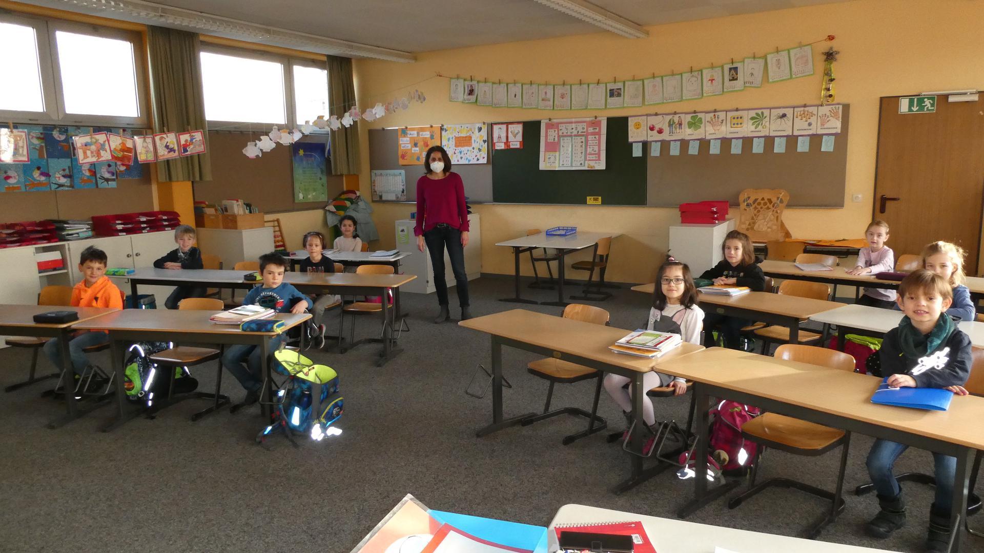 Froh über den Neubeginn trotz ungewisser Perspektiven: Die Kinder der Klasse 1b der Blanc-und-Fischer-Schule in Sulzfeld mit Klassenlehrerin Anke Erb.