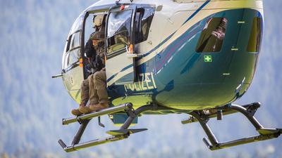 Ein Hubschrauber der Polizei startet mit Spezialkräften an Bord von einem Sportplatz, welcher der Polizei als Sammelpunkt dient.