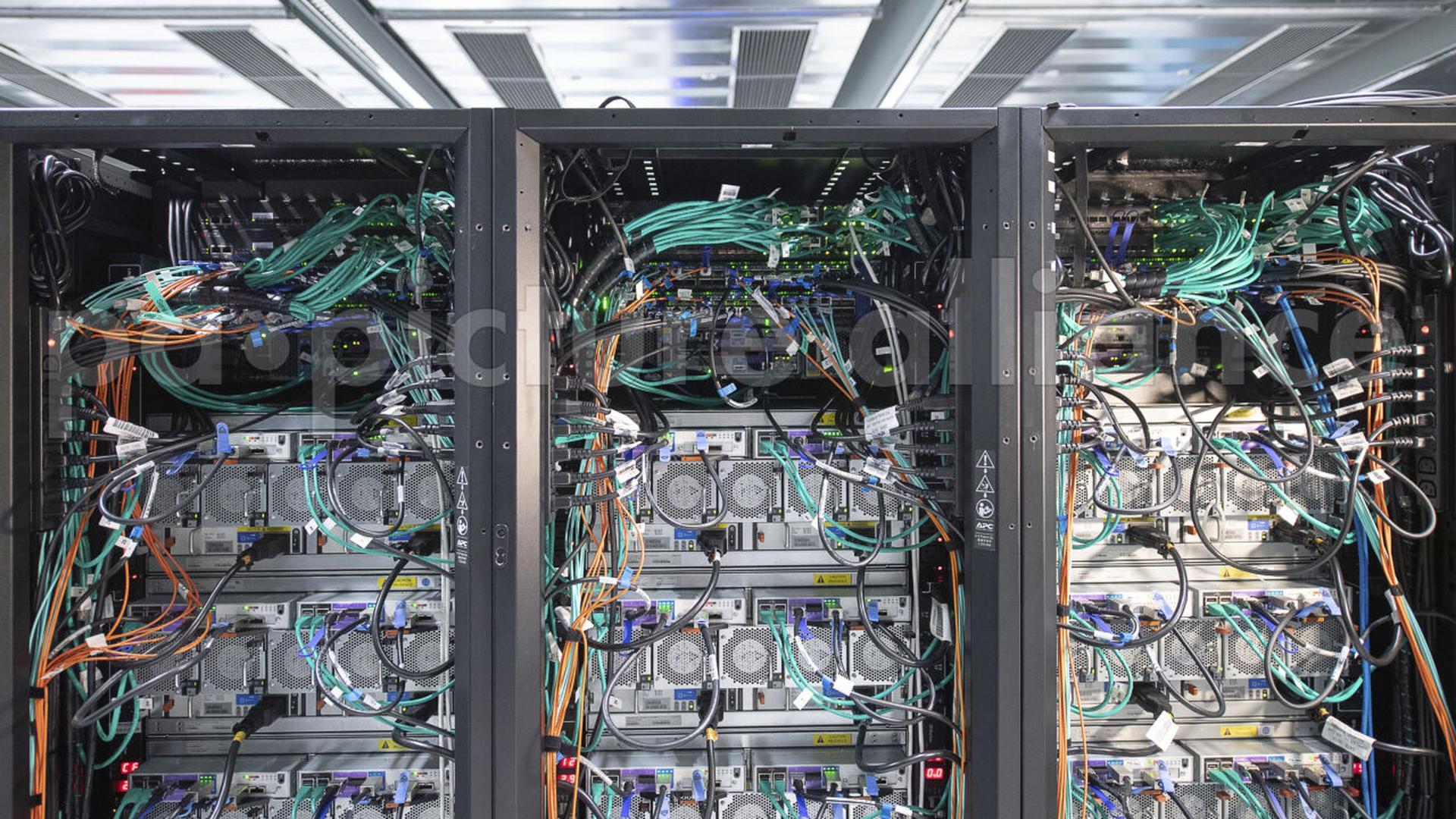 Ein Hochleistungscomputer mit dem neuronale Netze berechnet werden stehen in einem Höchstleistungsrechenzentrum. Die Landesregierung will in Baden-Württemberg bald einen sogenannten Innovationspark für künstliche Intelligenz aufbauen.(zu dpa «Ministerium: Mehrere Regionen an geplantem KI-Campus interessiert») +++ dpa-Bildfunk +++