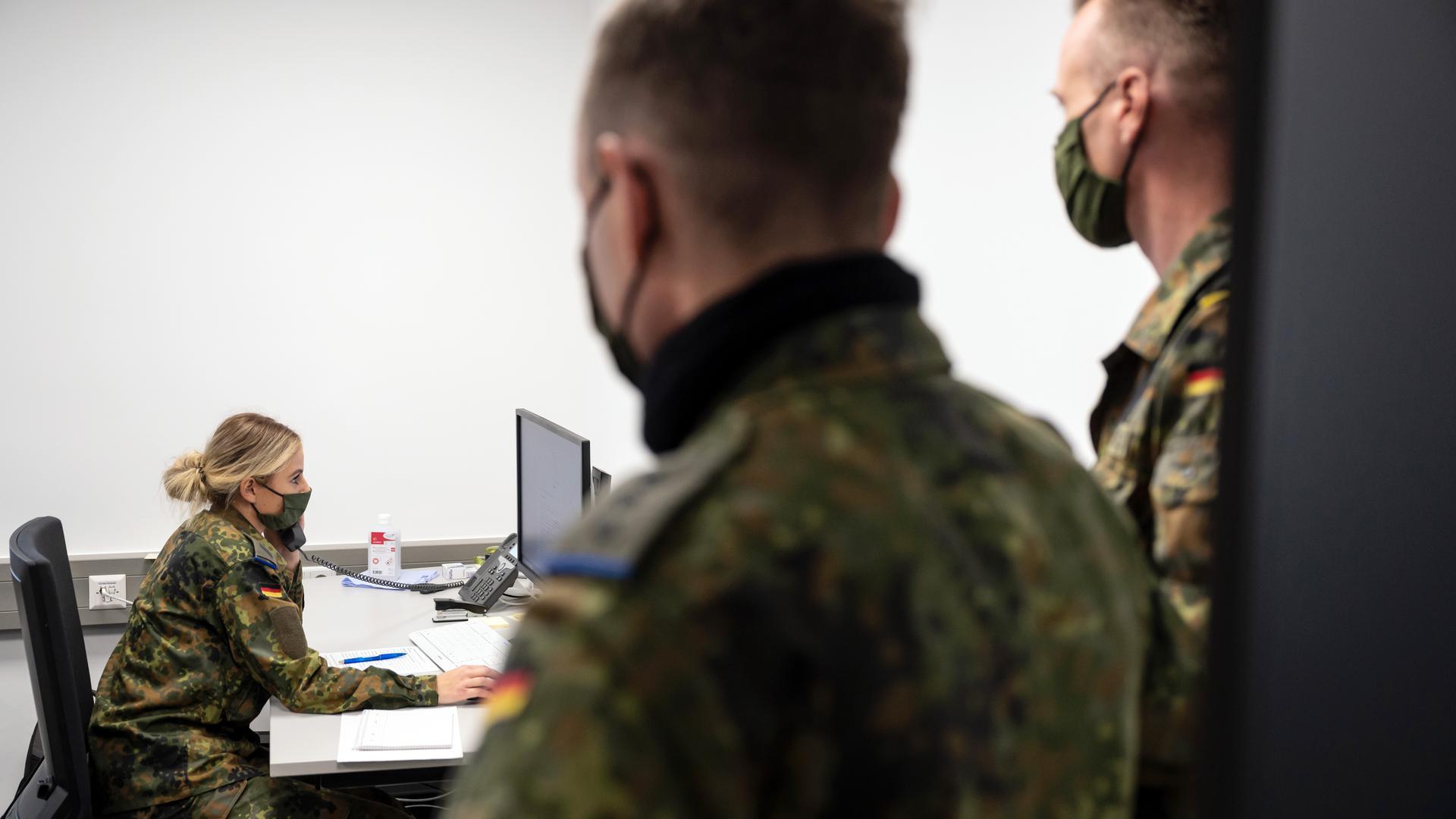 Bundeswehrsoldaten in einem Büro beim Telefonieren.