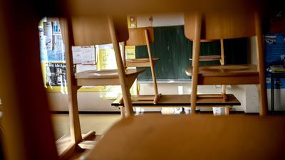 Stühle sind in einem Klassenzimmer einer Grundschule  hochgestellt.