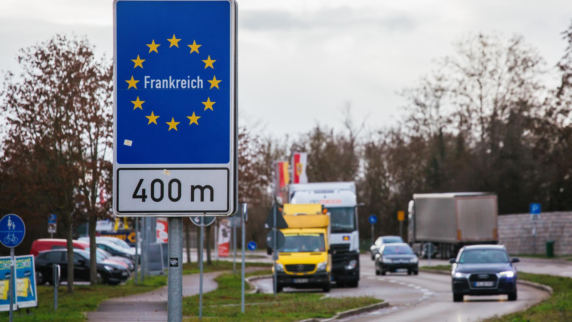 Ein Schild nahe der deutsch-französischen Grenze in Breisach weist auf den nahen Grenzübergang hin.