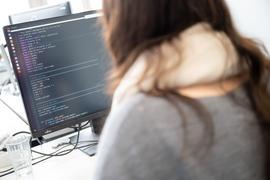 Eine Forscherin arbeitet an einem Computer an einem Code.