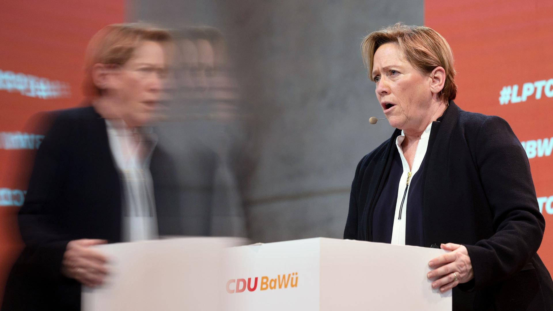 Susanne Eisenmann, Spitzenkandidatin der baden-württembergischen CDU für die kommende Landtagswahl, spiegelt sich beim Online-Parteitag der CDU Baden-Württemberg in einem Bildschirm. +++ dpa-Bildfunk +++