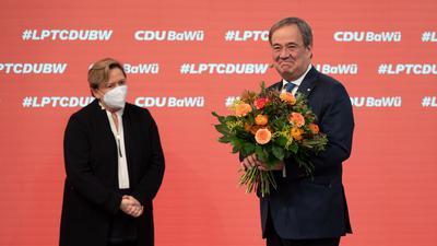 Armin Laschet (r), CDU-Bundesvorsitzender, hält beim Online-Parteitag der CDU Baden-Württemberg ein Blumenstrauß in den Händen, der ihm zuvor überreicht worden war, daneben steht Susanne Eisenmann, Spitzenkandidatin der baden-württembergischen CDU. +++ dpa-Bildfunk +++
