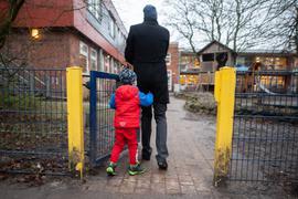 Ein Vater begleitet sein Kind auf das Gelände einer Kindertagesstätte. Von Montag an schränkt Hamburg den Betrieb seiner Kitas weiter ein. Aus dem derzeit eingeschränkten Regelbetrieb wird eine erweiterte Notbetreuung. +++ dpa-Bildfunk +++