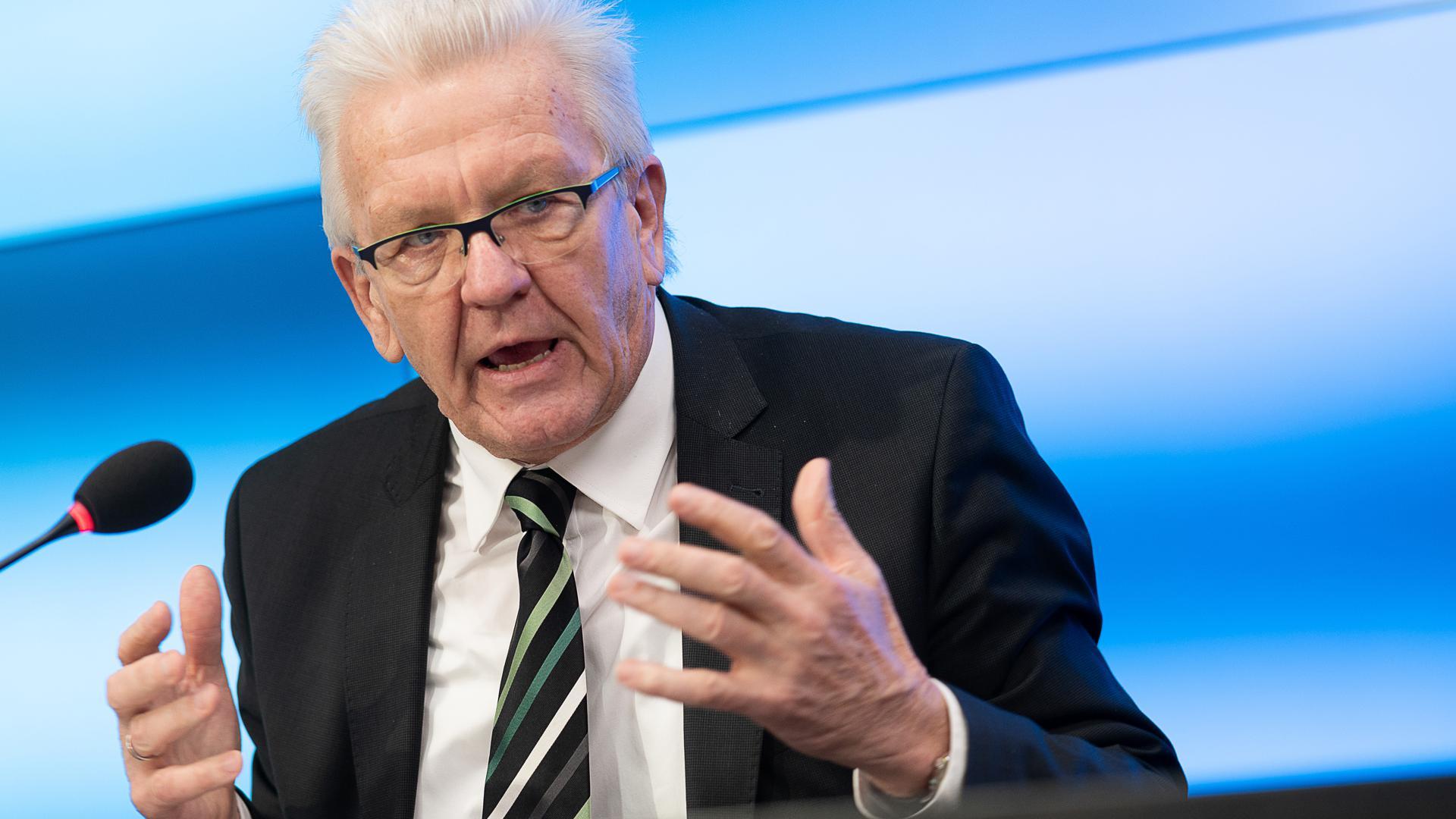 Winfried Kretschmann (Bündnis 90/Die Grünen), Ministerpräsident von Baden-Württemberg, spricht während der Regierungspressekonferenz der Landesregierung.