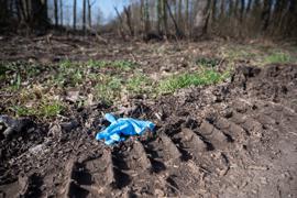 Ein Einmalhandschuh liegt nahe des mutmaßlichen Tatorts. Nachdem ein 13-jähriger Junge tot in der Nähe von Sinsheim-Eschelbach gefunden worden war, laufen bei der Polizei am Donnerstag weiter die Ermittlungen. Ein 14-Jähriger stehe im Verdacht, den 13-Jährigen getötet zu haben. +++ dpa-Bildfunk +++