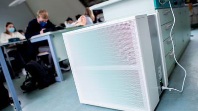 Ein Luftfiltergerät steht in einem Fachraum eines Gymnasiums. (Zu dpa «Luftfilter für 12 000 Schulräume beantragt») +++ dpa-Bildfunk +++